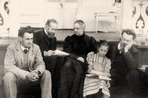 В.И. Вернадский с сыном, женой, дочерью и П.Е. Старицким. Полтава, Украина, 1910 г.